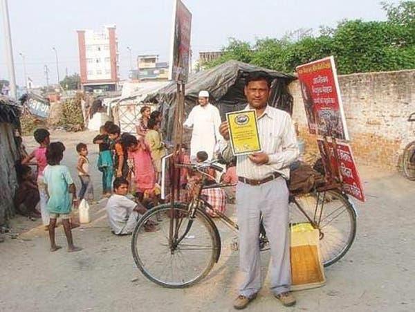 مدرس هندي يركب دراجته لتعليم الأطفال الفقراء