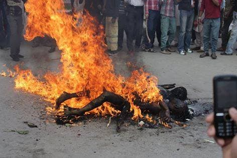 لاہور میں مشتعل مسیحی مظاہرین نے دونوں افراد کو تشدد کا نشانہ بنانے کے بعد آگ لگا دی تھی۔