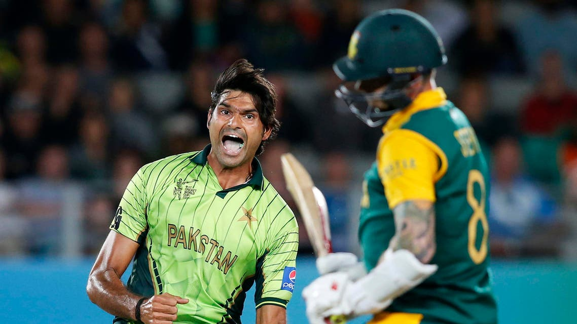 Pakistan's Muhammad Irfan (L) celebrates dismissing South Africa's Dale Steyn (R) during their Cricket World Cup match in Auckland, March 7, 2015. (Reuters)