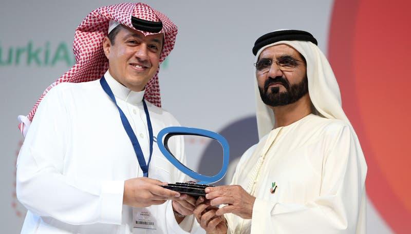 الشيخ محمد بن راشد يكرم مدير قناة العربية تركي الدخيل