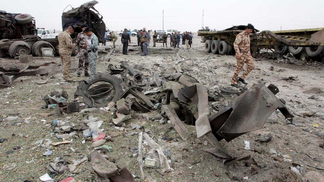 Members of the Iraqi security inspect the site of a bomb attack near the border with Kuwait in the southern Basra province March 18, 2015. (Reuters)