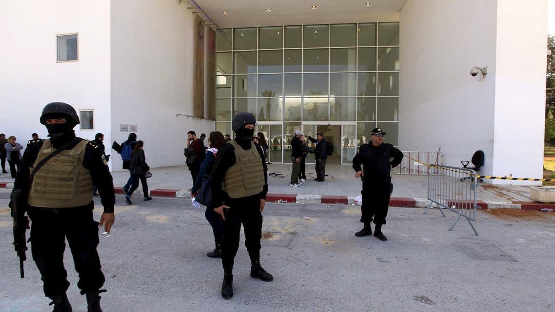 قوات أمن تونسية أمام متحف باردو