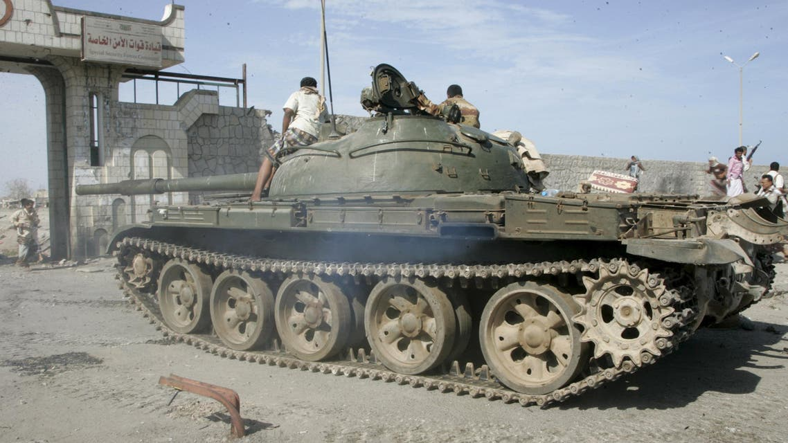 An army tank enters the barracks of the Special Forces in Yemen's southern port city of Aden March 19, 2015. (Reuters)