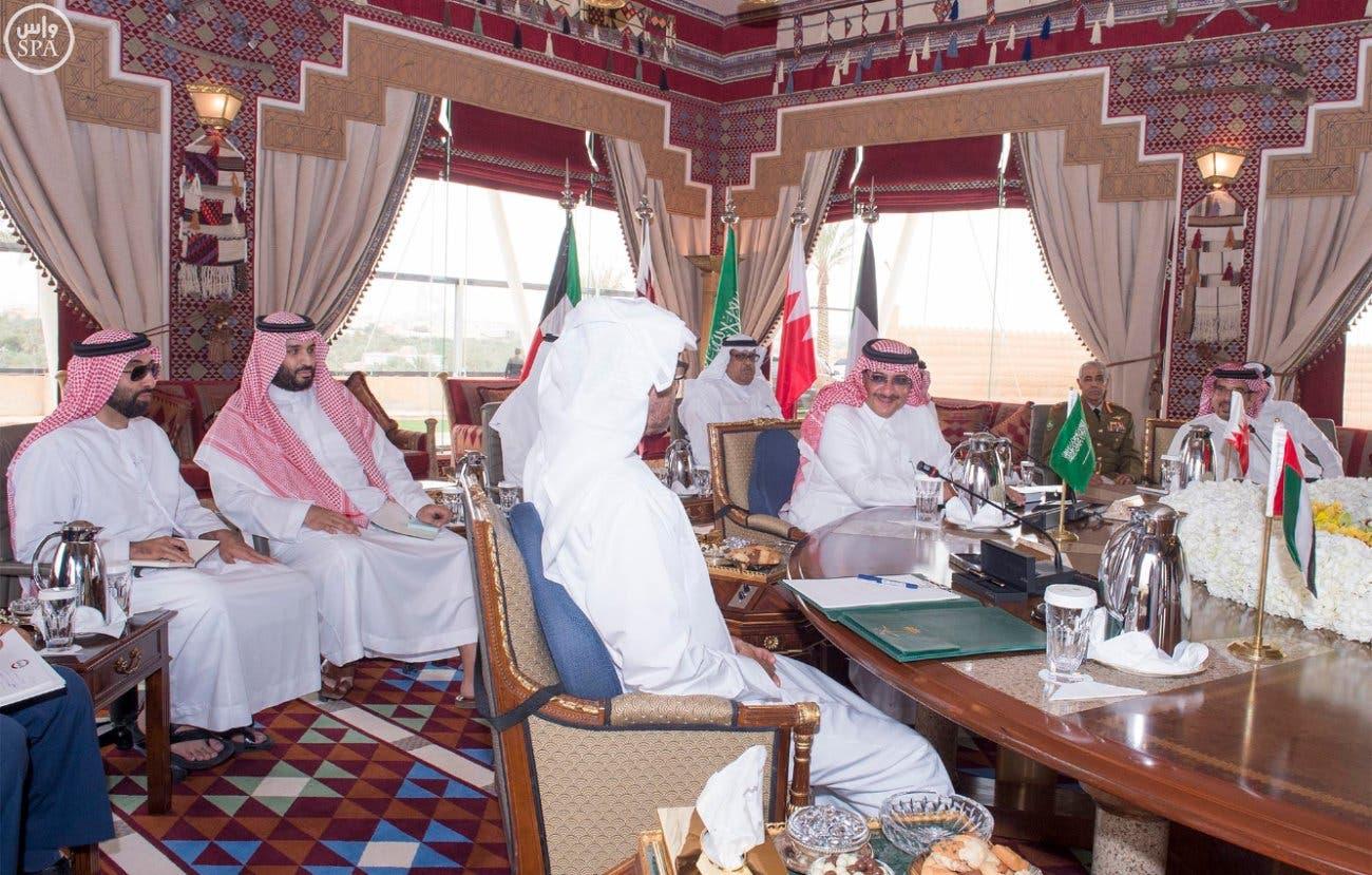 الأمير محمد خلال الإجتماع ويظهر في الصورة الأمير محمد بن سلمان