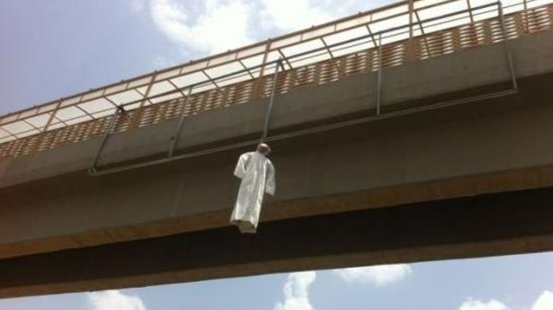 A photo showing a puppet hanging from a Saudi bridge (Photo courtesy www.burnews.com)