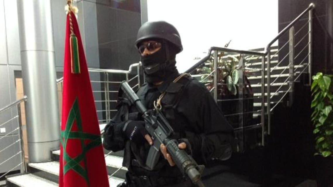 عنصر من الأمن المغربي أثناء محاكمة 13 مغربيا بايعوا داعش وخططوا لاغتيال شخصيات مغربية في المغرب