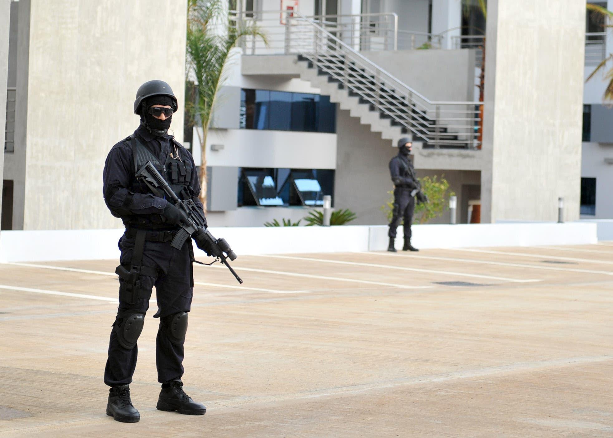 عنصران اثنان من فرقة النخبة من الشرطة في المغرب يتابعان كل حركة في الجوار