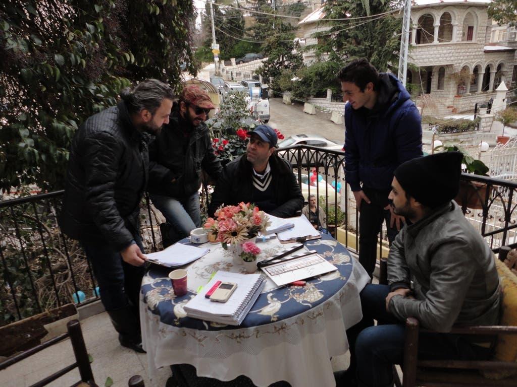 المخرج سامر البرقاوي مع فريق العمل في استراحة