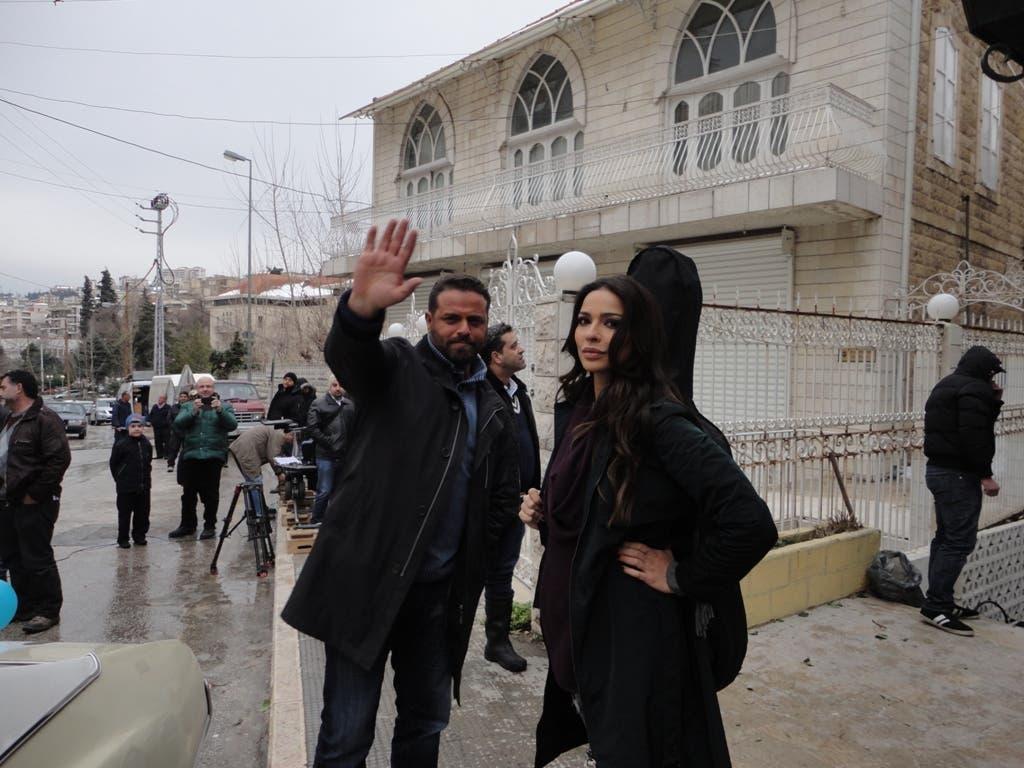 الممثلة نادين نجيم أو ياسمين والممثل يوسف الخال أو آدم في تشيللو ويحملان آلة العزف