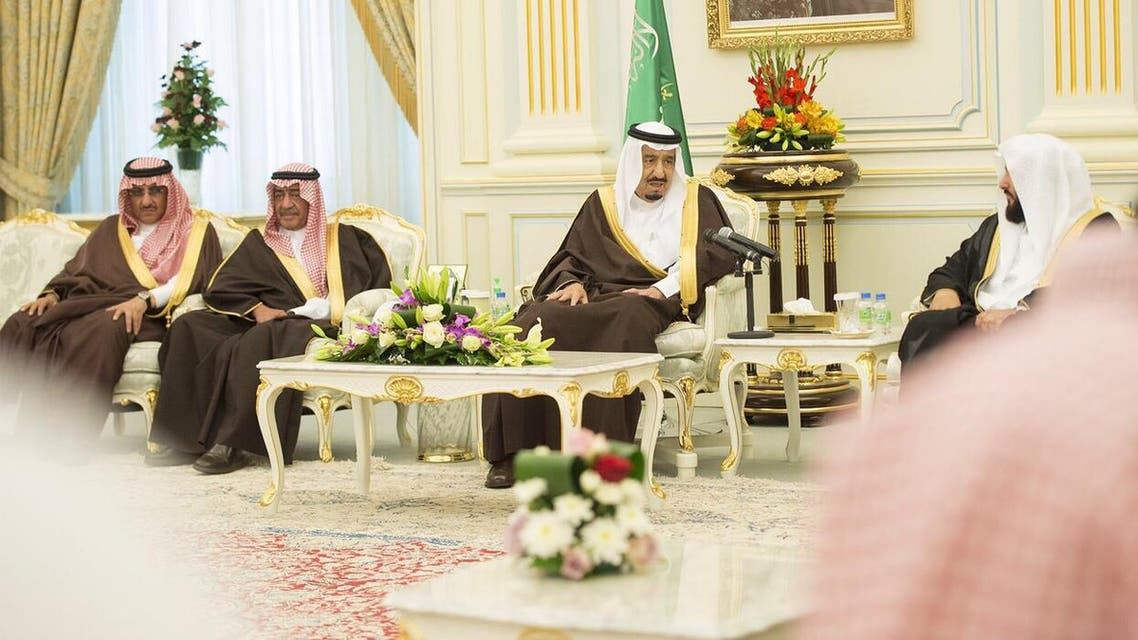 الملك سلمان خلال الاستقبال