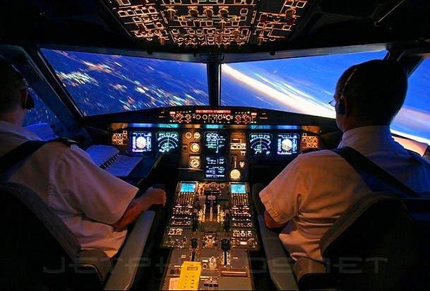 قمرة القيادة في طائرة الايرباص أي 320 هي كما في هذه الصورة