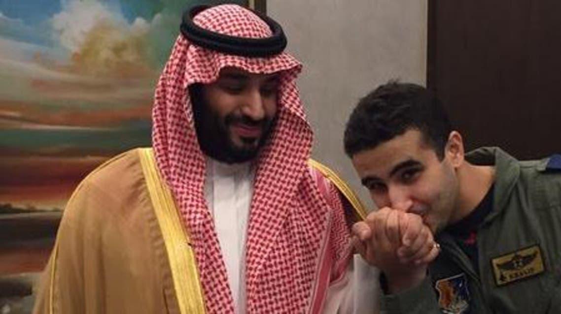 صورة الطيار خالد يقبل يد وزير الدفاع