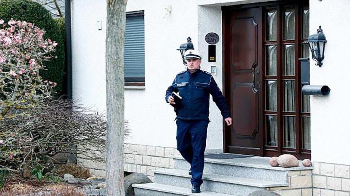 شرطي يغادر منزل مساعد الطيار الالماني بعد تفتيشه