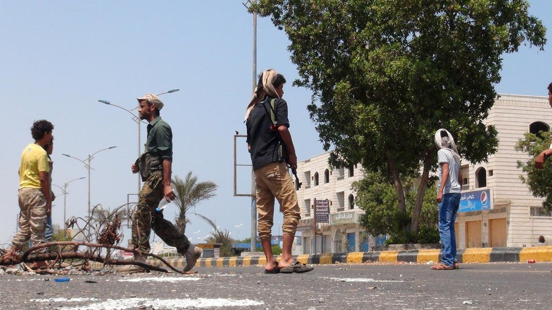 Militants loyal to Yemen's President Abd-Rabbu Mansour Hadi man a checkpoint on a street in the country's southern port city of Aden March 30, 2015.  (Reuters)