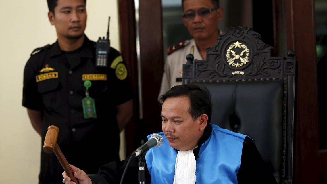 Indonesian judge Ujang Abdullah bangs his gavel after rejecting the first of two appeals by Australian drug convicts in the East Jakarta administrative court April 6, 2015. (Reuters)