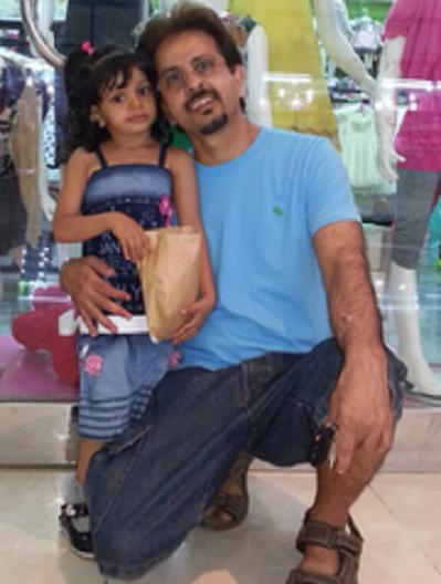 صورة ثانية للبني مع ابنته نشرها موقع نيوز ليست أون لاين الأميركي
