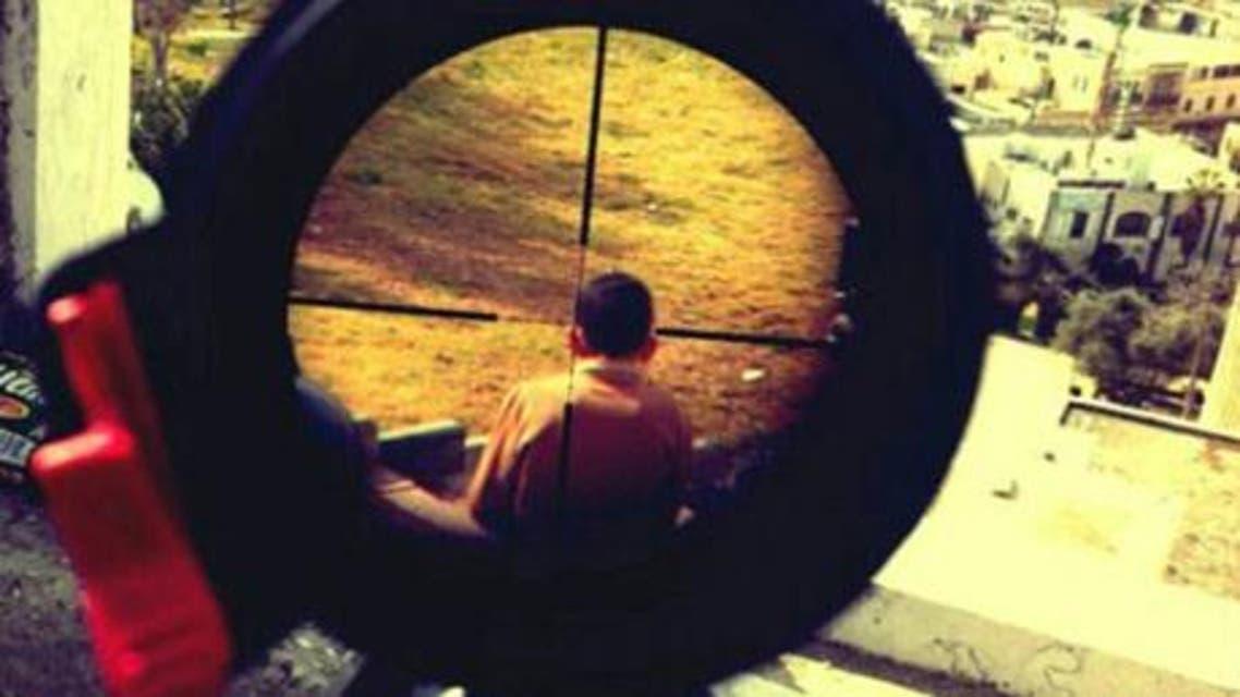 جندي اسرائيلي تفااخر بقتل الفلسطينيين بنشر صورة لطفل فلسطيني تحت منظار بندقيته القناصة