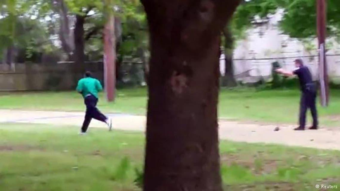 شرطي أبيض يطلق الرصاص على رجل أسود من الخلف1