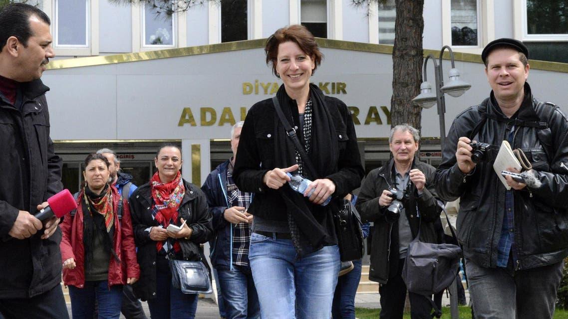 """Dutch journalist Frederike Geerdink (C) leaves Diyarbakir courthouse on April 8, 2015, in Diyarbakir. Prosecutors accuse Geerdink of spreading """"terrorist propaganda"""" for the Kurdistan Workers' Party (PKK). (AFP)"""