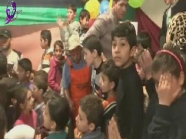 شباب يغنون لأطفال #القابون المحاصر ويرقصون معهم