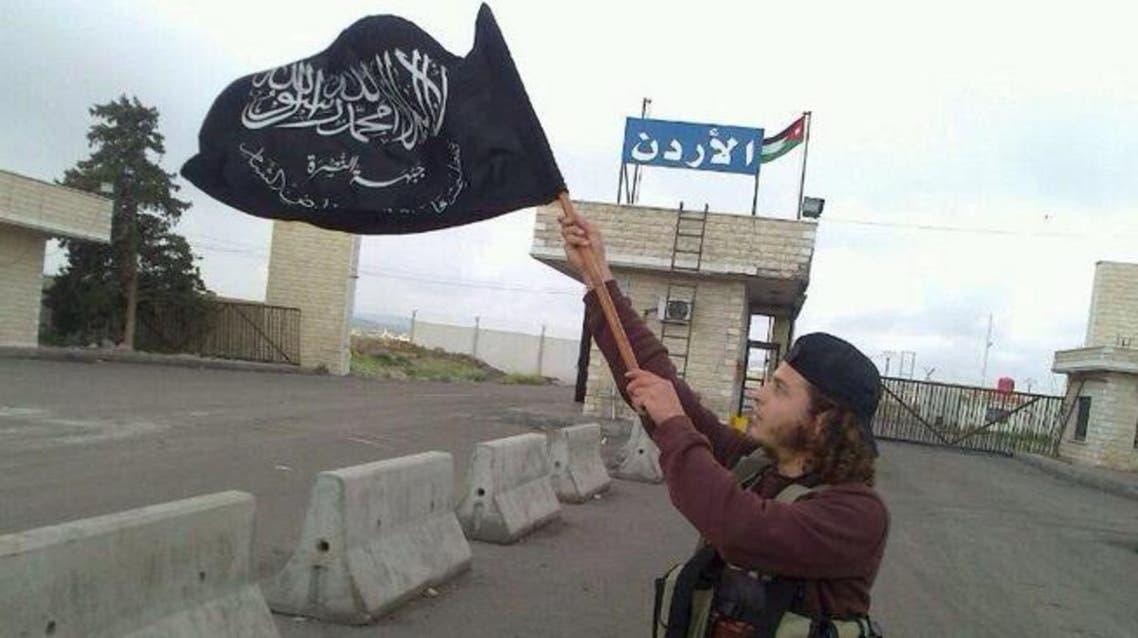 عنصر من جبهة النصرة على البوابة الحدودية لمعبر نصيب الحدودي مع الأردن