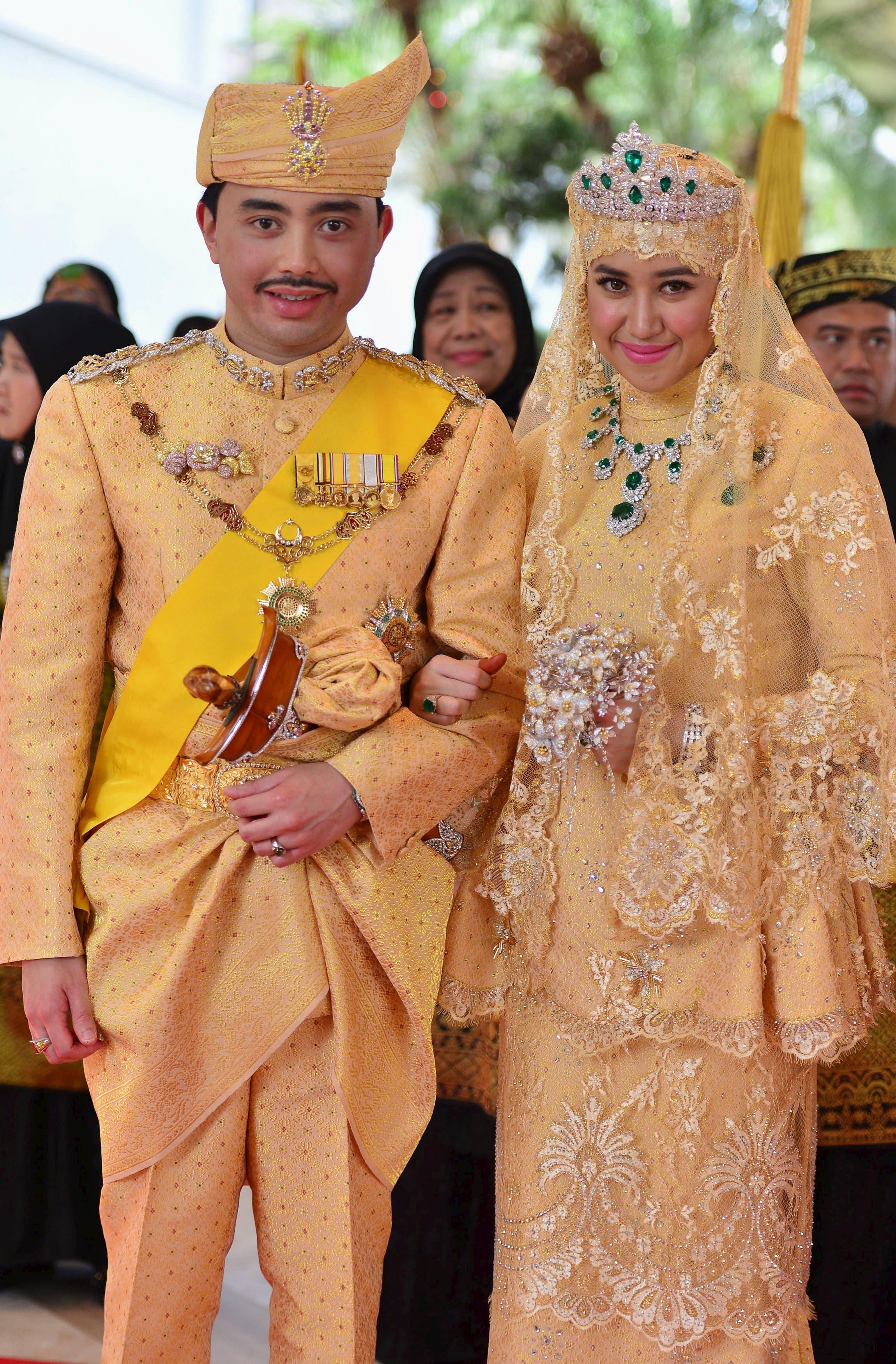 Brunei's newly wed royal couple, Prince Abdul Malik and Dayangku Raabi'atul 'Adawiyyah Pengiran Haji Bolkiah, pose for photographers at the Nurul Iman Palace in Bandar Seri Begawan April 12, 2015 (Reuters)