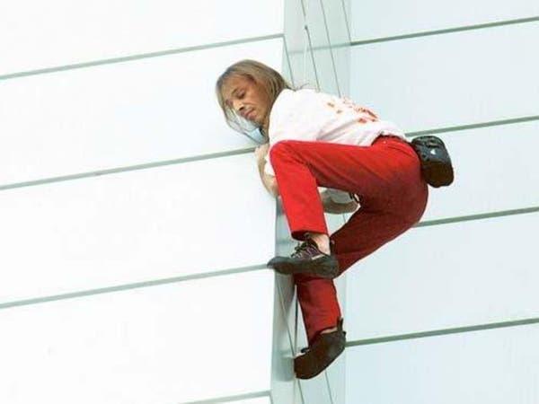 الرجل العنكبوت يتسلق برجاً جديداً في #دبي