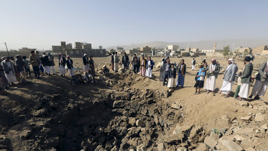 People gather around a crater cause by an air strike in Amran province, northwest of Yemen's capital Sanaa April 12, 2015. REUTERS/Khaled Abdullah