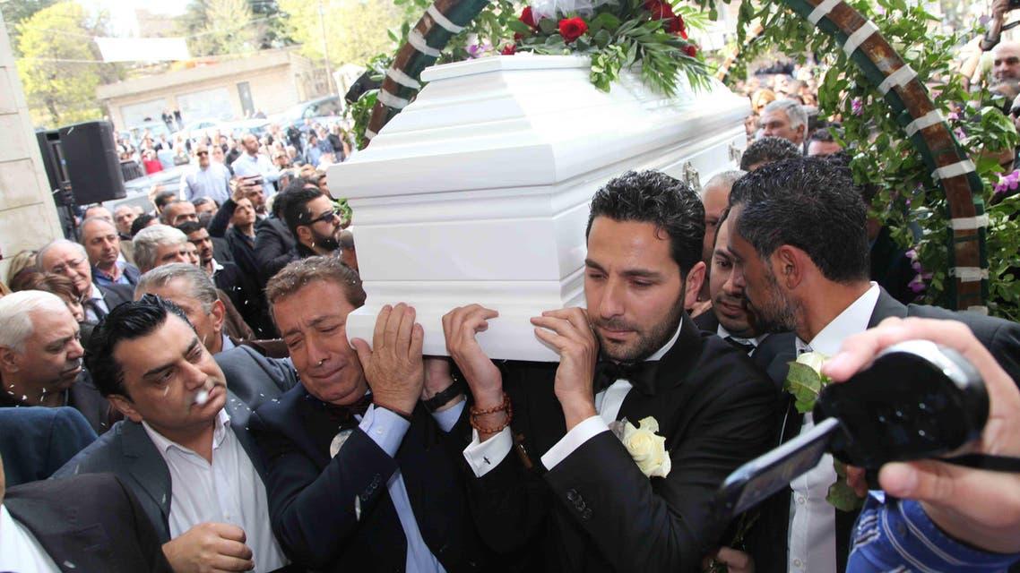 شقيقه وسام ووالده يحملان النعش