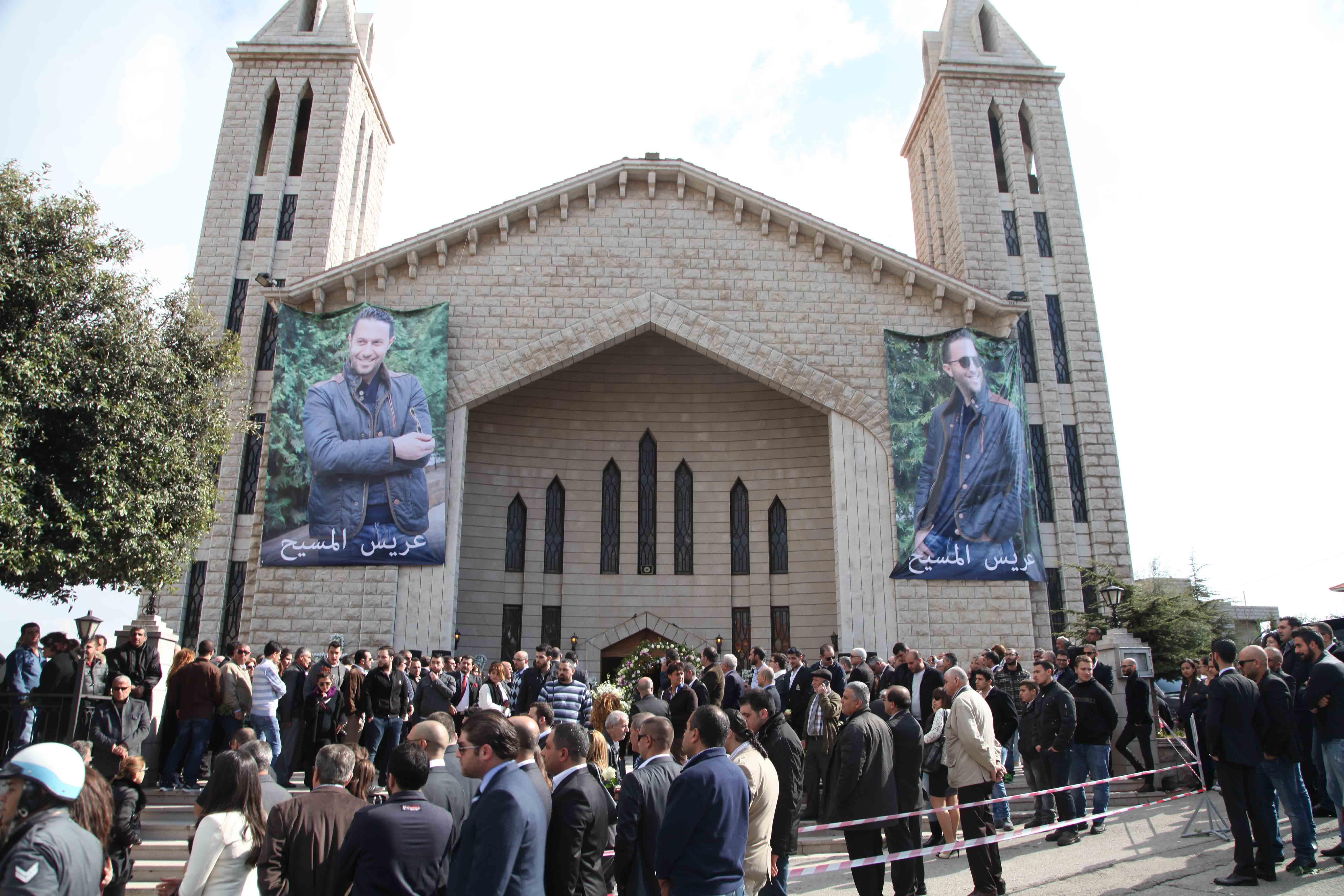 صور الراحل عصام بريدي تزيّن مدخل الكنيسة