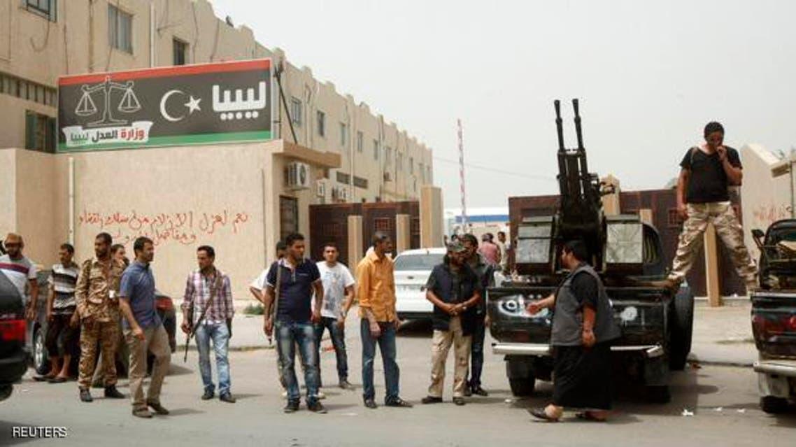 مسلحون ليبيون أثناء حصارهم لوزارة العدل الليبية في طرابلس ميليشيات