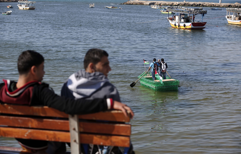 القارب يثير اهتمام المستجمين