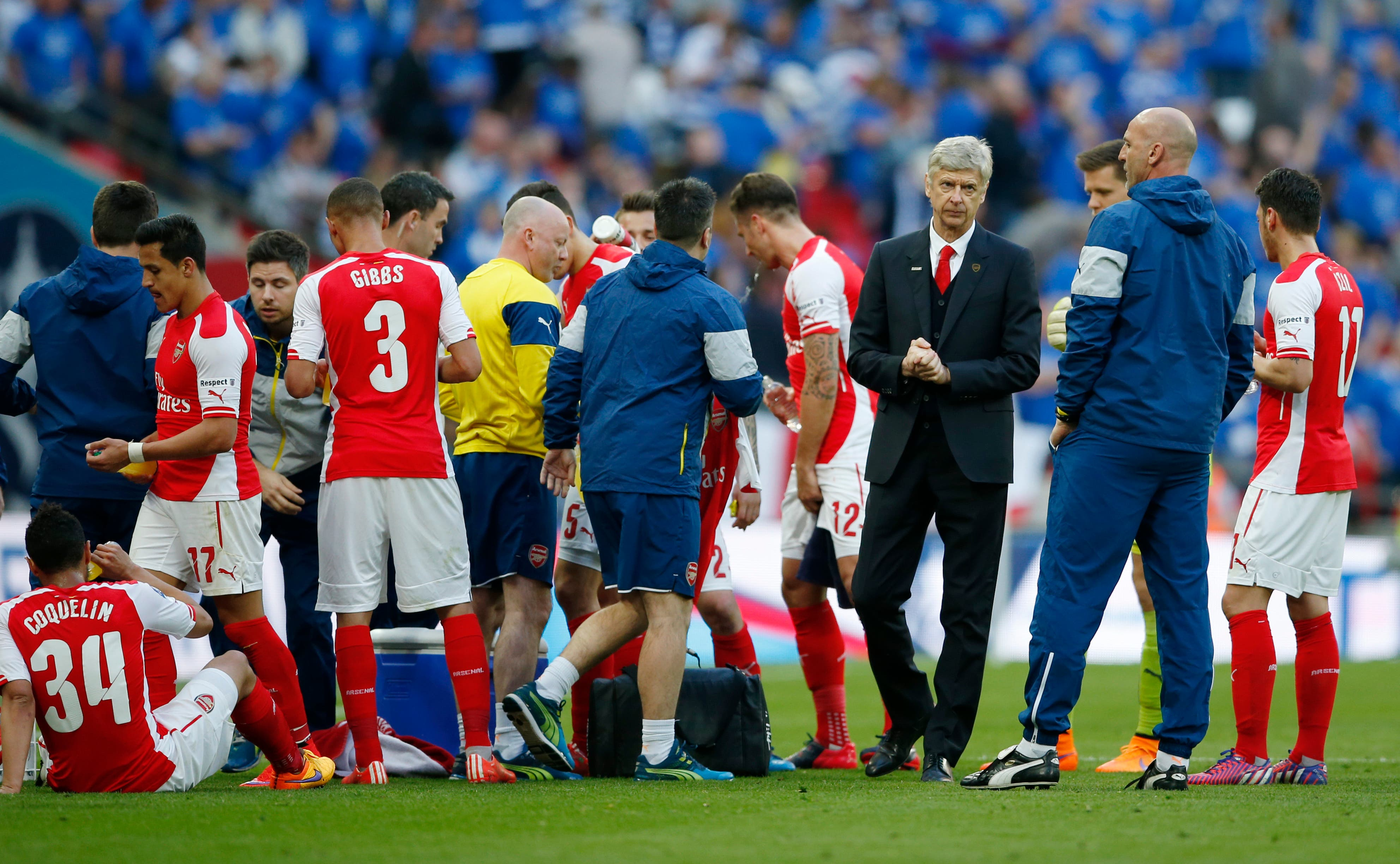 Football - Reading v Arsenal - FA Cup Semi Final - Wembley Stadium - 18/4/15 Arsenal manager Arsene Wenger with his players before extra time Action Images via Reuters / John Sibley Livepic