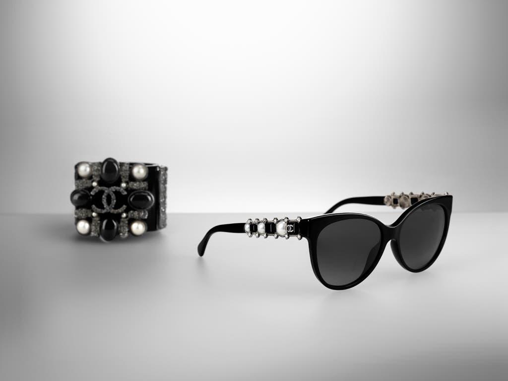 9d9711bb0fcaf ... والترف الحقيقي الذي يحوّل هذا الأكسسوار إلى قطعة تعبّر بالعمق عن فلسفة  Chanel في مجال الموضة. تعرّفي فيما يلي على مجموعة نظارات Chanel لهذا الموسم.