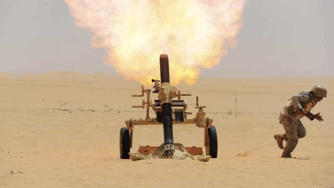 سعودی فوجی حوثی باغیوں پر مارٹر فائر کررہا ہے۔