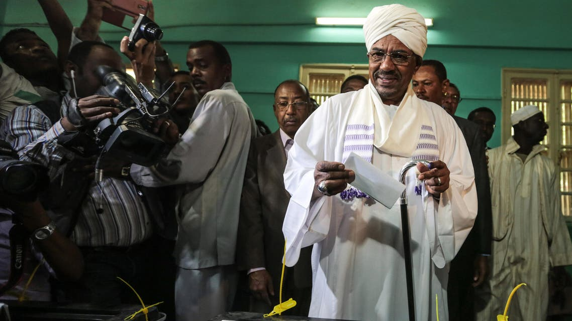 President Omar al-Bashir casts his ballot as he runs for another term, on the first day of the presidential and legislative elections, in Khartoum, Sudan, Monday, April 13, 2015. (File Photo: AP)