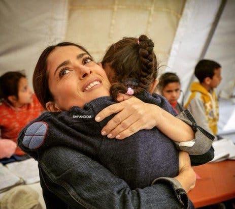 سلمى حايك في زيارة لمخيمات اللاجئين السوريين في البقاع