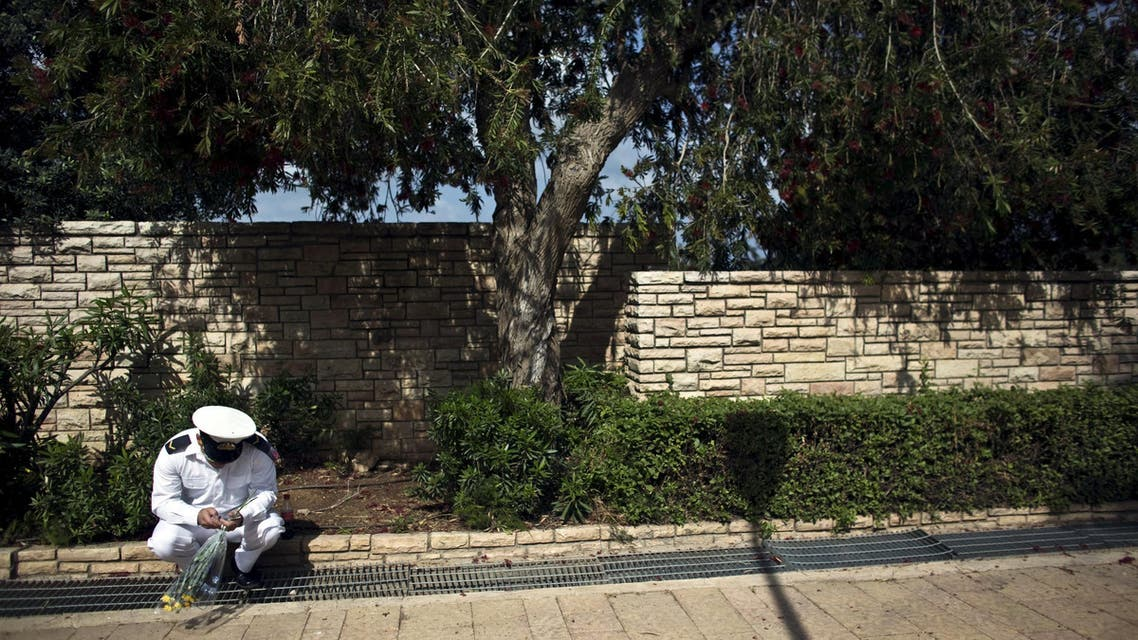 جندي اسرائيلي يتفقد هاتفه