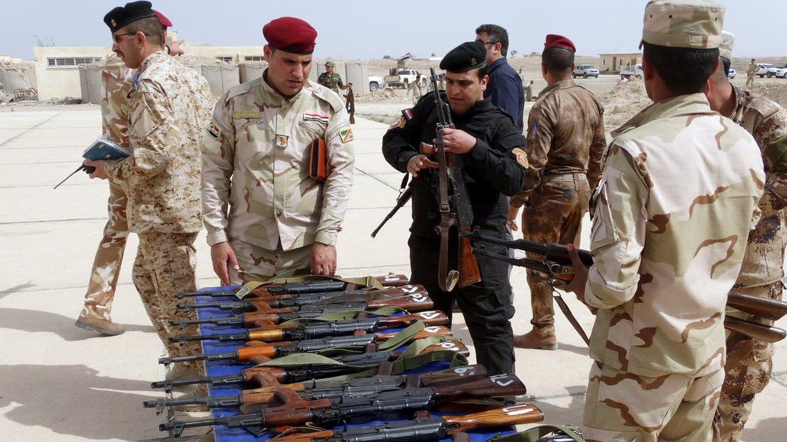القوات العراقية تتفقد سلاحاً سيُسلم ل عشائر الأنبار للرمادي