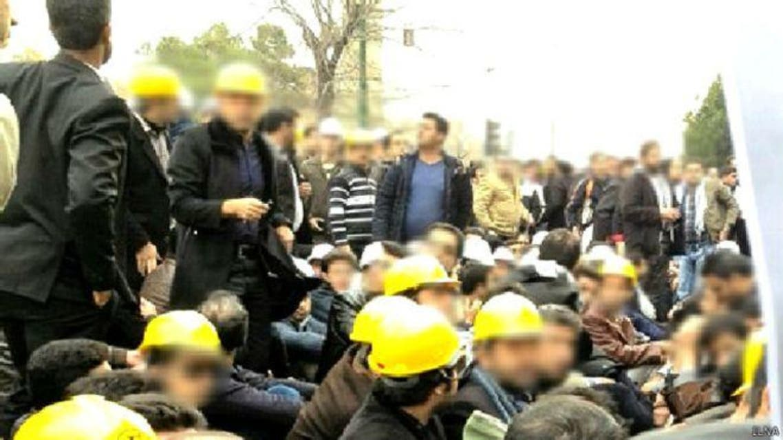 عمال إيرانيون يتظاهرون (أرشيفية)