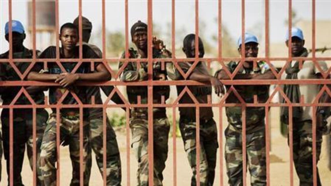 United Nations peacekeepers from Senegal peer out from behind a gate during a protest against sending peacekeepers to the northern rebel-held town of Kidal before sending Malian soldiers there, in Gao July 5, 2013. (File: Reuters)