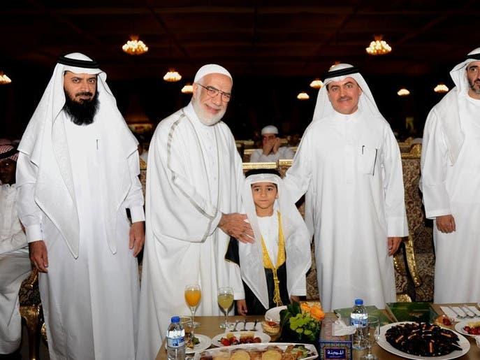 کودک اماراتی جایزه خود را به رهبران توفان قاطعیت تقدیم کرد