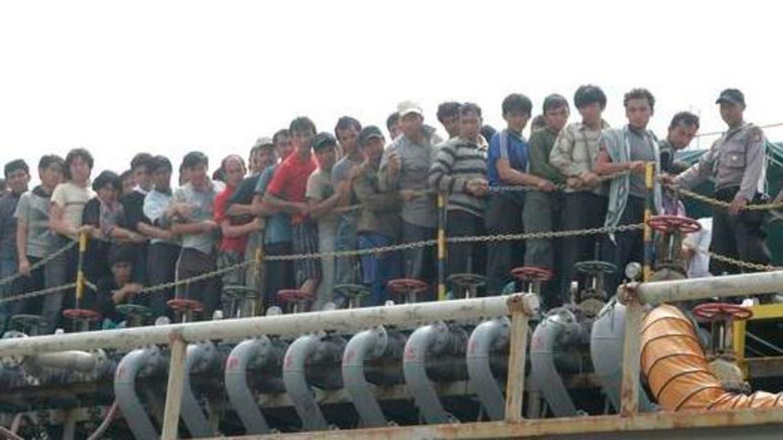 إندونيسيا تبعد سفينة مهاجرين خارج مياهها