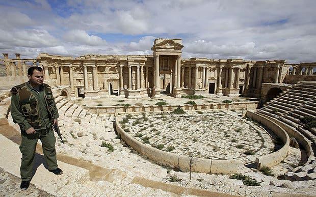 عنصر من جيش النظام السوري في موقع أثري في تدمر