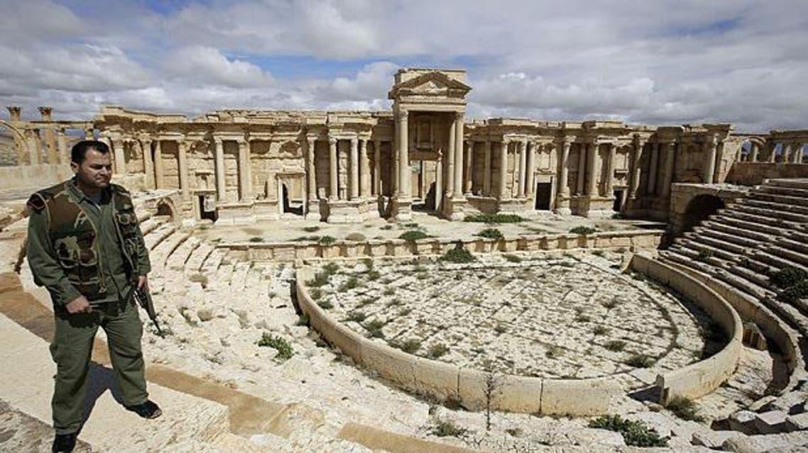 عنصر من جيش النظام السوري في موقع اثري في تدمر