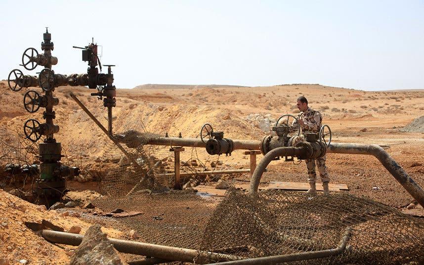 عمليات الصيانة في حقل جزل النفطي قرب تدمر شرق حمص بعد استعادته من داعش