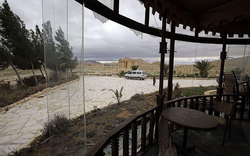 واجهة فندق زنوبيا الشام بالاس المقابل لآثار تدمر تعرض لأضرار نتيجة الاشتباكات بين قوات النظام و داعش