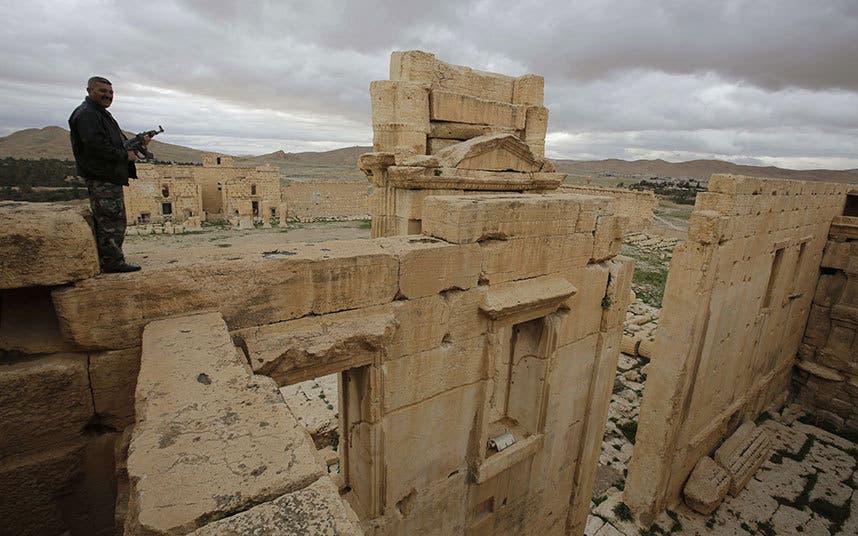 عنصر من قوات النظام بموقع أثري في تدمر