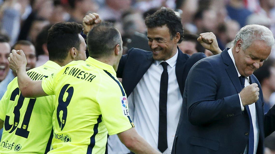Barcelona coach Luis Enrique (2nd R) celebrate with his players after winning the Spanish first division title following their soccer match against Atletico Madrid at at Vicente Calderon stadium in Madrid, Spain, May 17, 2015.