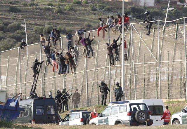 مهاجرون غير شرعيون يحاولون دخول اسبانيا
